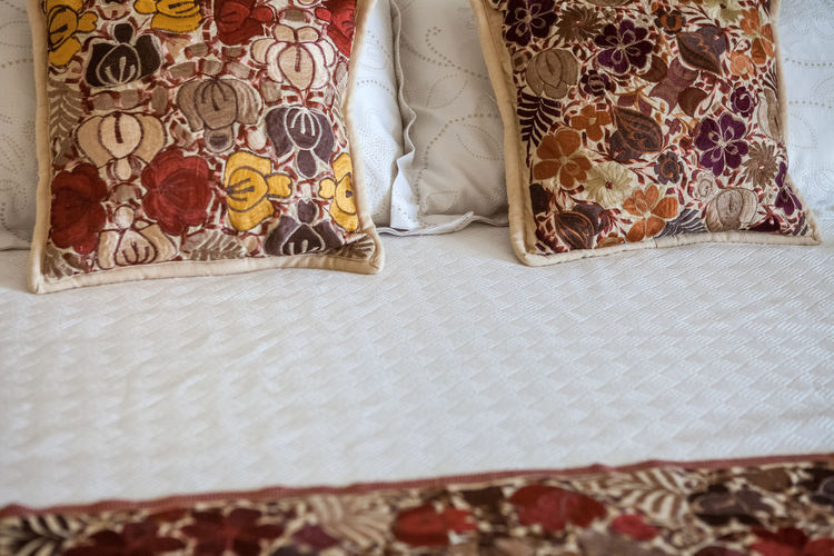 Apart Apartment Buildings Home RENT Apartment Apartments Bed Bedroom Close-up Curtain Cushion Domestic Room Flooring Floral Pattern For Rent For Sale Furniture Home Interior House Indoors  Linen Multi Colored No People Pattern Pillow Real State Realstate Still Life Stuffed Textile White Color