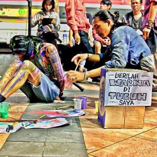 -Warnai Tajuk Perdamaian Throwback Kilasbalik Panggung Perdamaian Sastra Puisi Teatrikal Bodypainting Performingarts Streetart