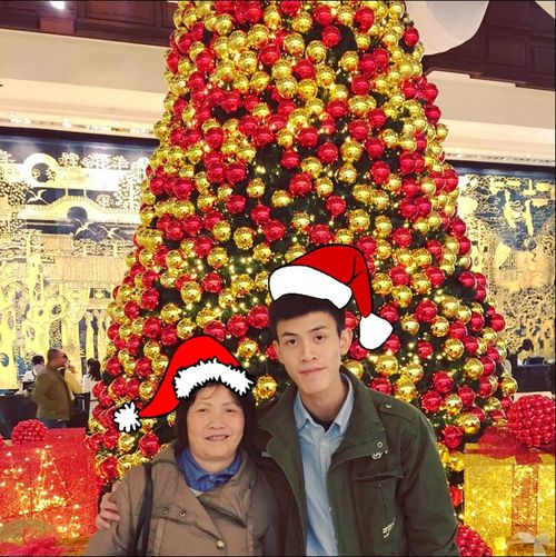 Took photo with my fatmom Christmas Tree Christmasry Taking Photos Discover Your City Hanging Out Hello World Funny Moments