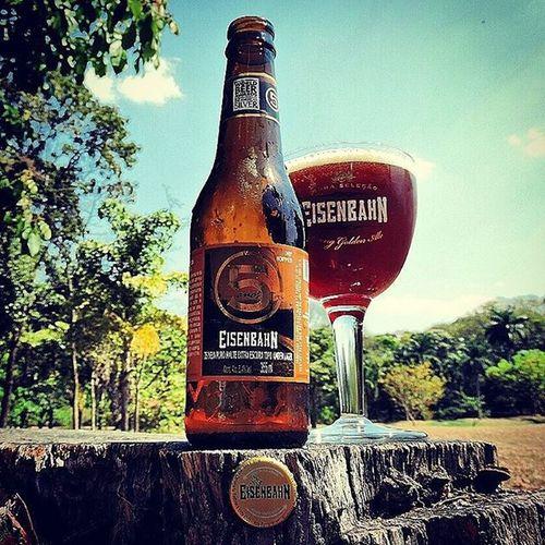 🍺 Eisenbahn 5 🍺 A Eisenbahn 5 foi criada para comemorar os 5 anos da cervejaria. É produzida com a técnica de dry hopping, ou seja, leva uma segunda adição de lúpulos aromáticos durante a maturação. Com isso, o aroma de lúpulo fica bem mais intenso e o adocicado do malte é agradavelmente equilibrado. Apresenta coloração acobreada e predominam os sabores de malte, caramelo, pão e lúpulo. É uma das cervejas mais lupuladas do Brasil. País: Brasil Graduação alcoólica: 5,4% Eisenbahn5 Cheers Cerveja Beers BebamenosBebamelhor Cervejagelada Beergarden  Beerfest Beerlover Beeradvocate Beerlovers Beerlove Craftbeerporn Craftbeer Beeranyone Pivo Reidacerveja Beerpassionbrasil Devotosdoliquidosagrado Greatbeer Nikon_photography_ Mariacevada Cervejadeverdade Cervejaespecial Cervejas cervejadodiabeerpicsbeerthirtybeeroclockconfrarianacionalbeer