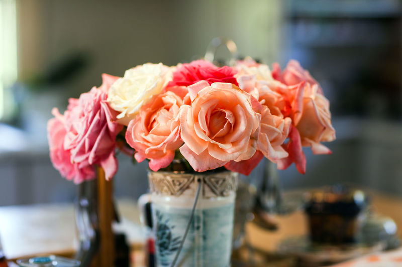 Roses Roses Flowers Vase Vase Of Flowers Red Roses Pink Roses Rose - Flower Rosé Flower Beauty In Nature Petal Fragility Bouquet Bunch Of Flowers Luxury Flower Arrangement Selective Focus Indoors  Freshness Flowering Plant Focus On Foreground Flower Head No People From The Garden Dinner Table Decoration