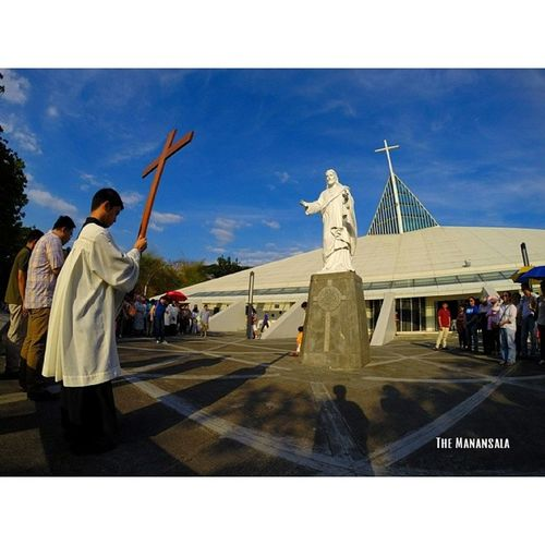 The Way of the Cross || Good Friday at the Gesù. @gabrieldionglay holding the Holy Cross Lent GoodFriday  Gesù  Themanansala gopro