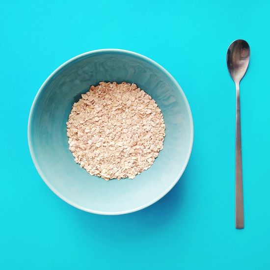 доброе утро #breakfast Oatmeal #Blue EyeEm Selects Colored Background Directly Above Plate Close-up Food And Drink Spoon Oat Flake First Eyeem Photo