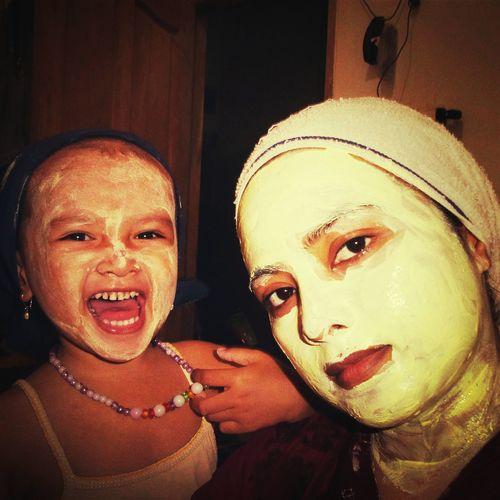 Die nihh suka ikutin ape aje yg emaknya lakuin.. xixixiii Relaxing Facialmask