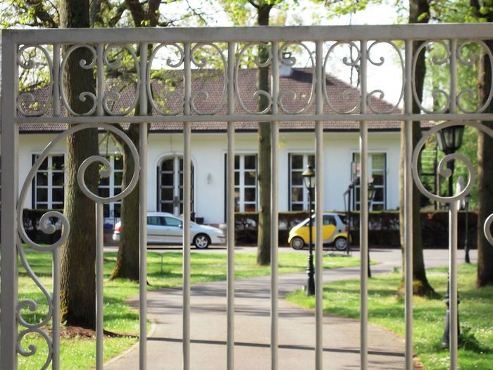 There is a lot of people who are dreaming of a villa like that in France .. Villa Entrance Portal Gate Ironwork Portal Wrought Iron 407 407 Peugeot Smart Yellow Smart Smart Car Cars Face To Face Villa Tall Windows Entrance Way Behind The Portal Villa Photography In France
