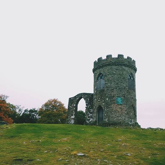 Some bratty kid that was spying on a brother and a sister got pushed out the window of THIS VERY similar looking TOWER Gameofthrones Joke Travelgram Igtravel Medieval ExploreEverything Exploretocreate Bradgatepark Leicester Myleicester @myleicester Towers Vscophile Vscocam England Uk Europe
