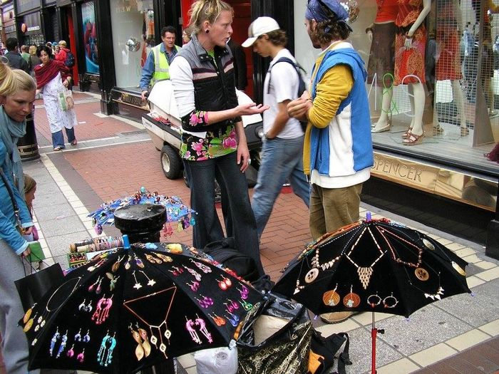 Street Photography Art Of Selling Pastel Power Working On Streets EyeEm Gallery Eyem Travelers Handmade Jewellery Jewellery Inspired Urban Life Street Life Enjoying Watching People's Reaction