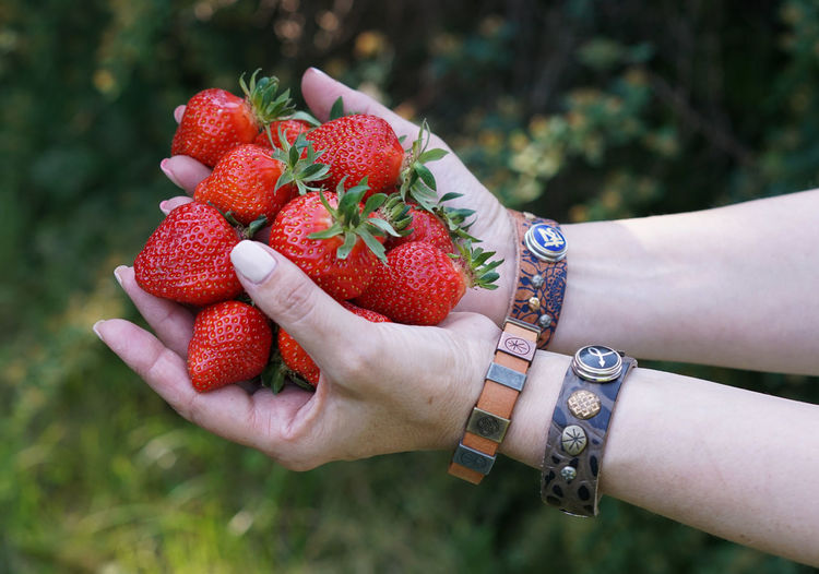 Клубника Strawberry Human Hand Human Body Part Red Food And Drink Outdoors Freshness Women Lifestyles Focus On Foreground Healthy Eating Close-up Real People