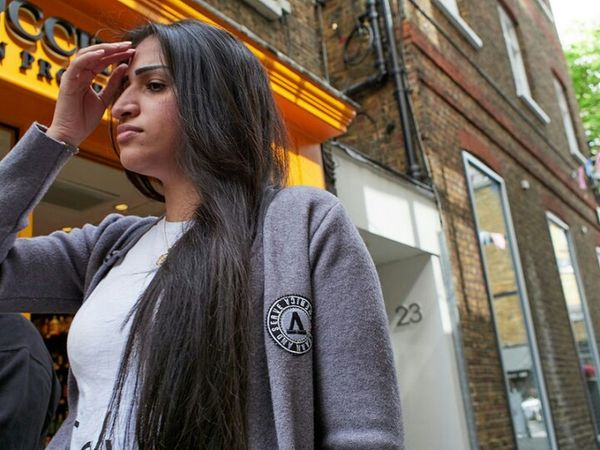 Gee's Court. One Woman Only Low Angle View Day Outdoors Building Exterior Portrait Headshot Sidewalk Retail  London Calling Street Streetdreamsmag Fitzrovialitter LONDON❤ Street Photography Streetphotography Candidshot Streetphoto Candid Streetphotographer Voigtländer Nokton 17.5mm F0.95 Olympus OM-D E-M1 Mark II Urban Life Fashion City Life
