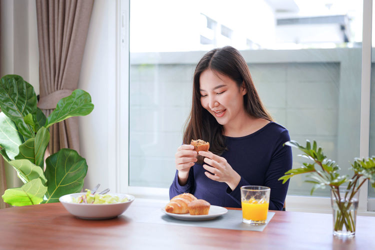 Young woman holding a bowl of food