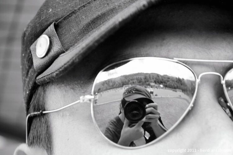 I see u Photographing Close-up Focus On Foreground Photographer Silhouette Photography Themes Holding Technology One Person Outdoors Real People Day People IPhoneography Glass #Hat #CanOnlyBeMe Eye4photography  IPhone