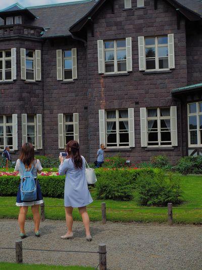 スマホdeカメラ女子、自撮り棒使って自分と薔薇と洋館とがうまく入る構図を懸命に探すあたり、なかなか侮れない。 Building Exterior Young Women Built Structure Togetherness Women Real People Outdoors Happiness Friendship Young Adult Garden Garden Photography Japan Photography Olympus OM-D E-M5 Mk.II 一方カメラ男子はというと、被写体に思いっきり上から目線で徐ろに高倍率ズームレンズびよーんと伸ばす。警棒じゃないんだから… 追記 全てのカメラ男子がこうするわけではありません😓