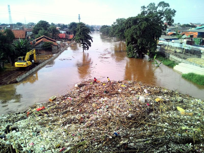 How Do We Build The World? How can we build this world, if the problem of trash management until now we can't fix it.. Trash Disaster Build The World INDONESIA Jakarta River Garbage In The River