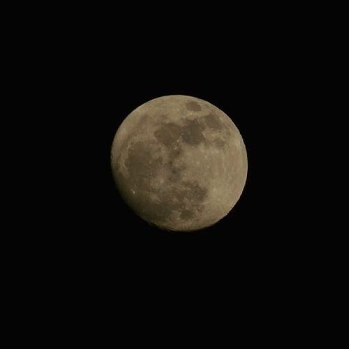 Lalelu, nur der Mann im Mond schaut zu.