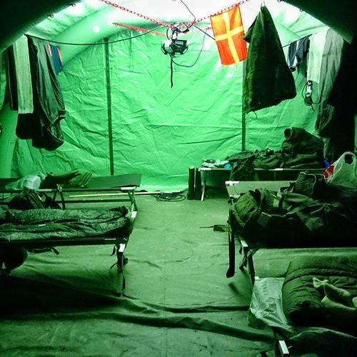 Home is where your heart is. Förläggning ihop med plutonen, man har sin säng, sin utrustning och sin plats. Privatlivet försvinner helt men banden mellan soldater och officerare växer sig starkare. Svfm NBG15 Eubg Eubg15 fömedc fomedc