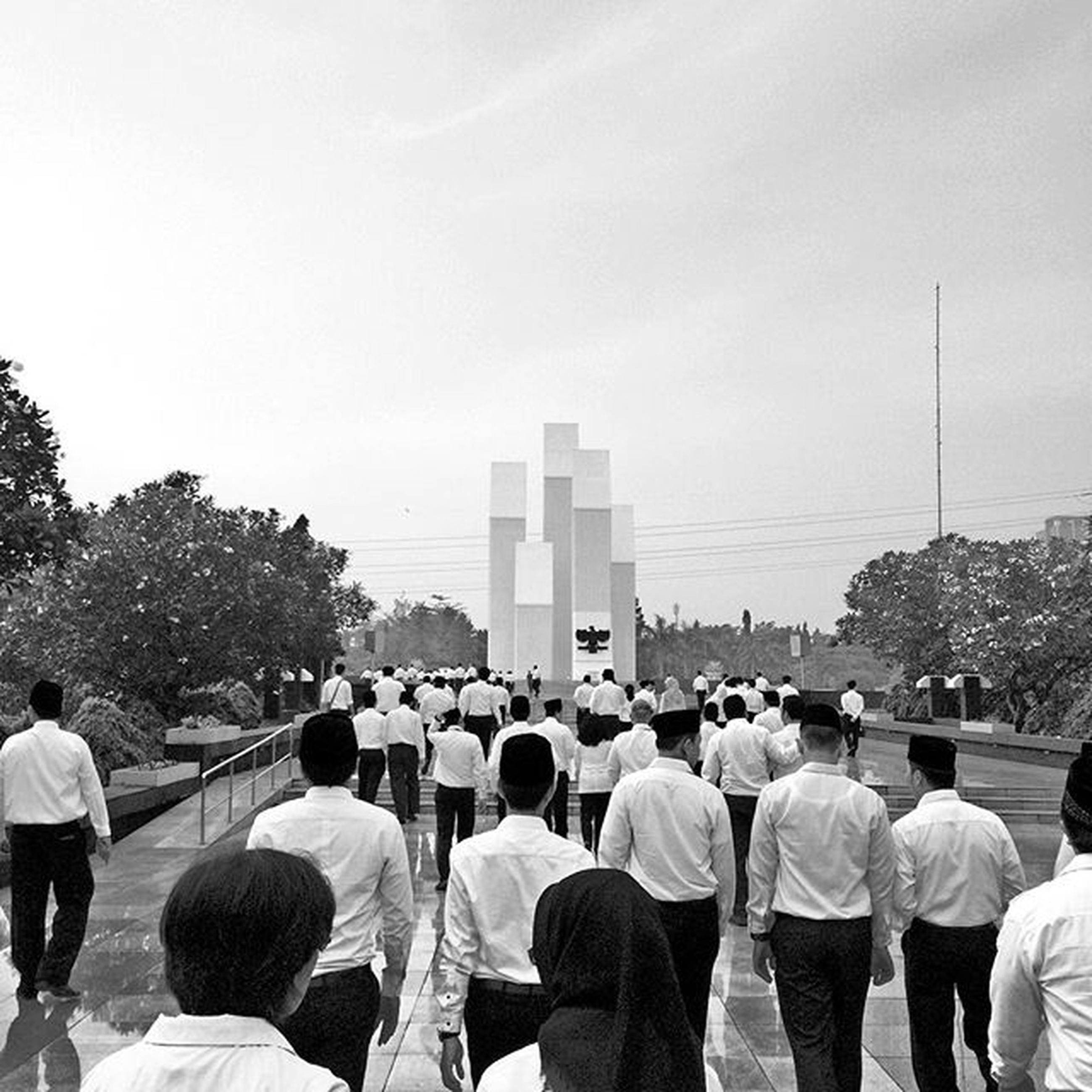 large group of people, men, person, lifestyles, leisure activity, built structure, architecture, building exterior, tree, city, sky, tourist, tourism, clear sky, mixed age range, crowd, copy space, travel destinations, day