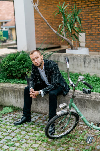 Man Stylish Architecture Bicycle Building Exterior Built Structure Bycicle Casual Clothing Contemplation Day Front View Full Length Leisure Activity Lifestyles Looking At Camera Man Fashion Nature One Person Outdoors Plant Portrait Real People Retro Style Retro Styled Style Style And Fashion Young Adult Young Men