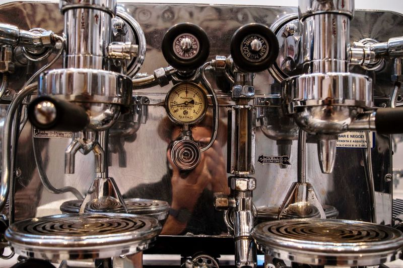 Macchina espresso Still Life Music History Technology Antique Indoors  Metal Machinery Close-up No People Retro Styled Equipment Indoors  One Person Preparation  Machine Part Physical Pressure Food And Drink Industry Gauge Occupation Shiny Complexity Coffee Maker Factory Men Machine Valve