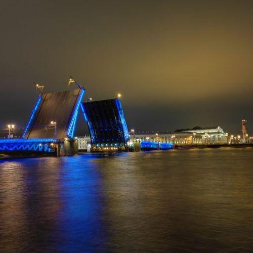 Время сжигать мосты, Время искать ответ, И менять сгоревшие лампочки! ...... Спб дворцовыймост ночначвенеция безфильтра восхитительно времязамри мосты добрыхснов