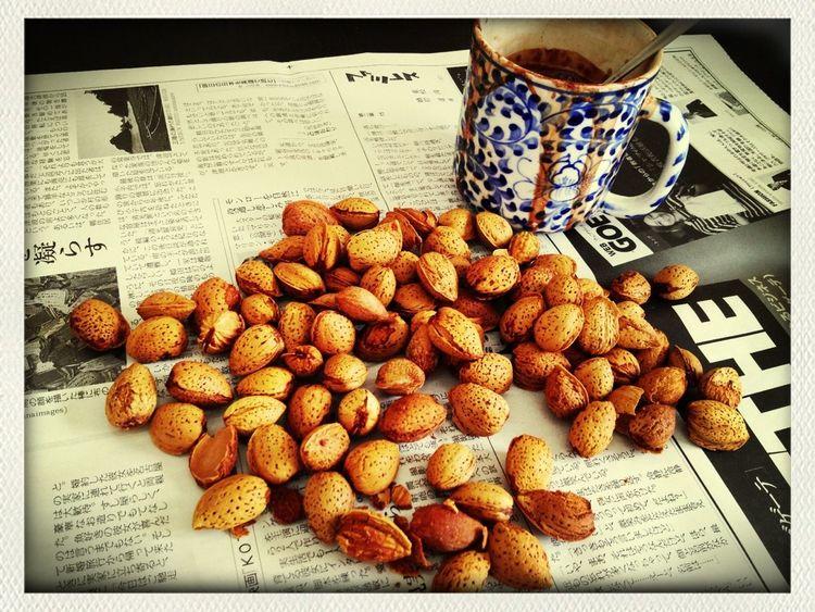 サパで買ったローストアーモンドの殻剥き作業 と レンジであっためすぎて爆発したココア Snack Hot Chocolate Roasted Almonds