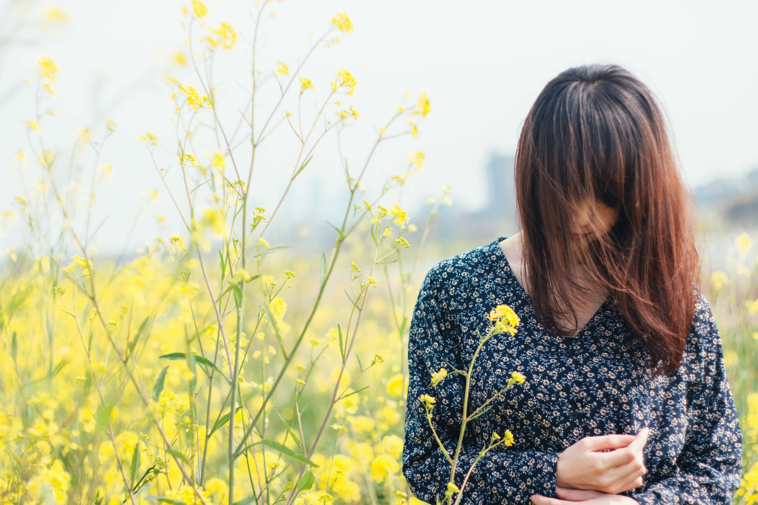 one person, real people, nature, field, long hair, focus on foreground, yellow, young women, women, flower, beauty in nature, outdoors, day, lifestyles, young adult, adult, people