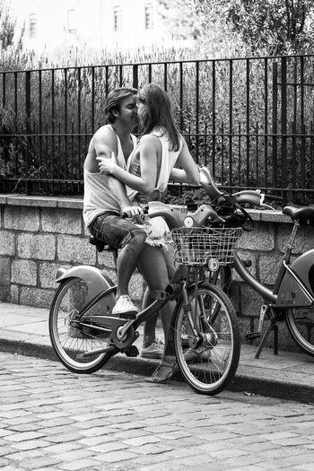 Amour et Vélib ... Bicycle Two People Love Couple - Relationship Smiling Adult Women Photography Sweet Blackandwhite Message Noir Et Blanc Monochrome Poesie
