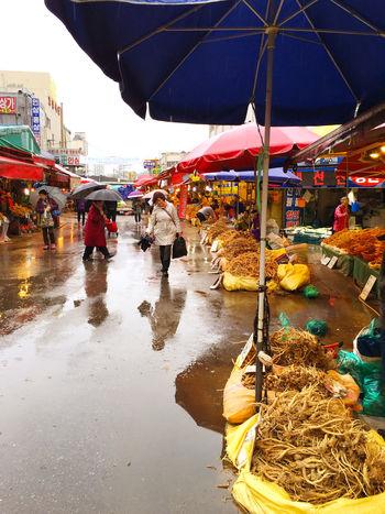 高麗人参通り Korean Ginseng Street と勝手に命名。 (笑)桔梗の根っこと似ているけれど、香りが全く違う。毎日食べたら元気になるかな。 EyeEm Korea Korea Koreatown Korean Food (null) Herbal Medicine Market Soul Streetphotography 300gで、300-2000位まで幅がある。昔、安いやつをみじん切りにして蜂蜜と混ぜて食べなさいと、韓国人の医者に言われたことがある。それでもかなり苦かった…