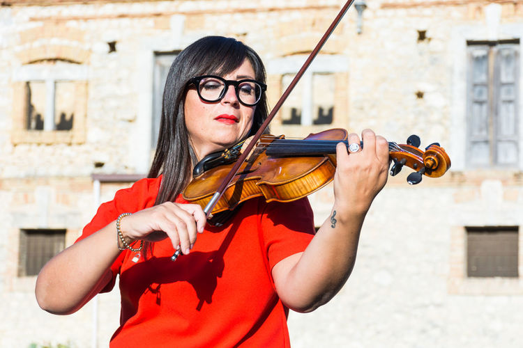 Music Musical Instrument One Person String Instrument Glasses Young Adult Eyeglasses  Violin Women Young Women Real People Holding Arts Culture And Entertainment Waist Up Leisure Activity Musician Lifestyles Front View Artist Musical Equipment Skill  Violinist Beautiful Woman Hairstyle Outdoors