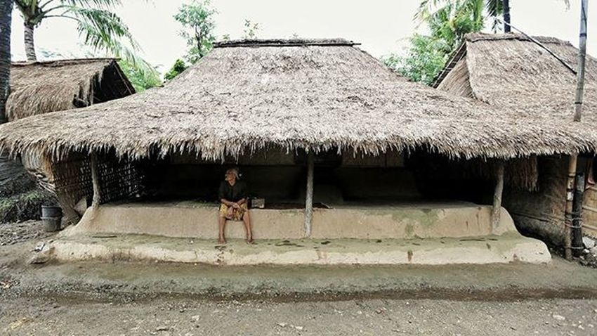 Traditional house of Sasak tribe of Lombok island, Indonesia. At Ende village, you can see how the traditional villagers live their life in a cow's feses cement house! Locarion: Ende village, Lombok @escapadeqube Dudukmaniz Unbelieveable Feseshouse Findlombok TravelRack Wonderfullombok Explorelombok Indonesiaku Meistershots Theglobewanderer Urbanandstreet Artofvisuals AOV Igshotz_mag Igshotz_folk ExploringGlobe 30xthirty Zerogrid Myfeatureshoot Worlderlust Worldtravelpics Modernoutdoorsman Exploretocreate Earthfocus Campcoop AllDayExploring ikece ngetrip nusantarakita