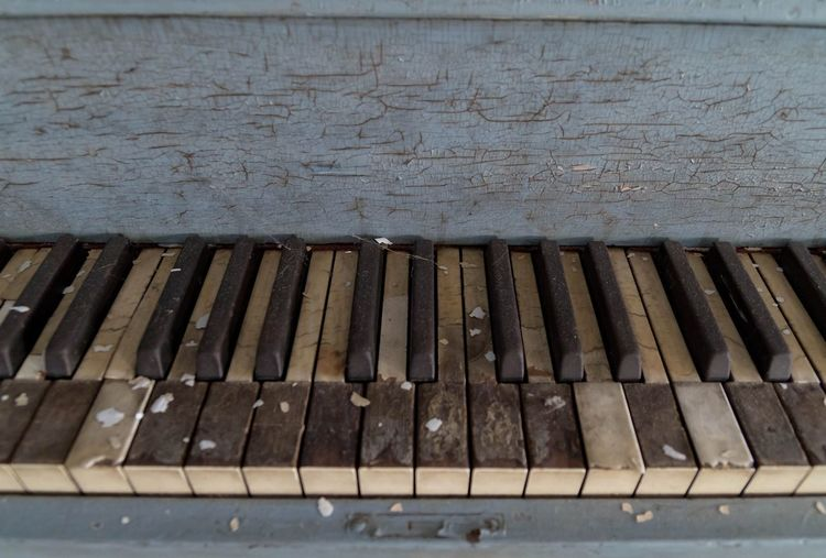 I am feeling blue. Decay on a piano left in a lonely house in the woods. Piano Key Piano Musical Instrument Retro Styled History Weathered Abandoned Abandoned Houses Abandoned Places Eyeem Abandonment EyeEm_abandonment Forgotten Places  Forgotten Places  Demolitionbyneglect Urban Exploration Decay Canon7d  Wood - Material Old-fashioned Piano