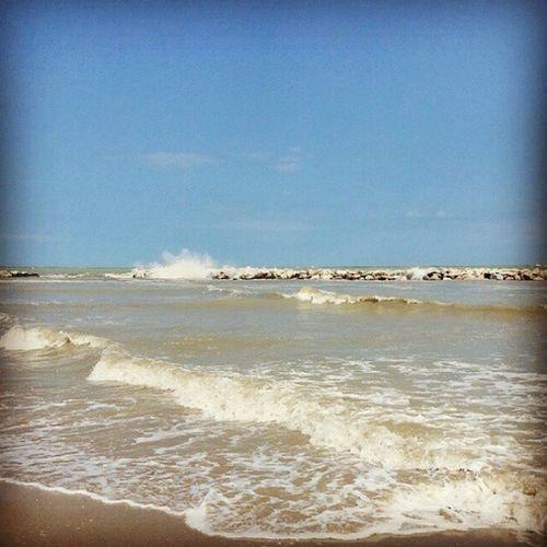 """"""" Sii come il mare, che infrangendosi contro gli scogli, trova sempre la FORZA DI PROVARCI """" 🌊🔝 Bellaria Bagno55bis"""