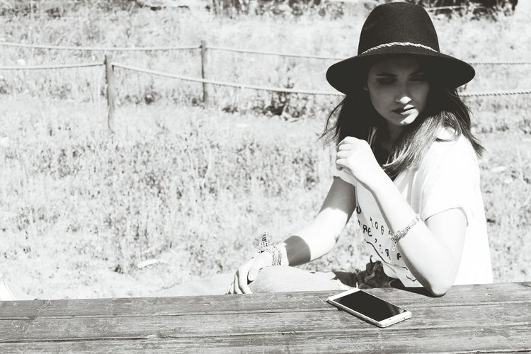 Beauty Beautiful Style Rapariga Face Brunette Woman Who Inspire You Monochrome Photography Woman Portrait Woman Girl Blackandwhite Black & White Hat Phone Park Parque  Chapéu Fedora  Simples