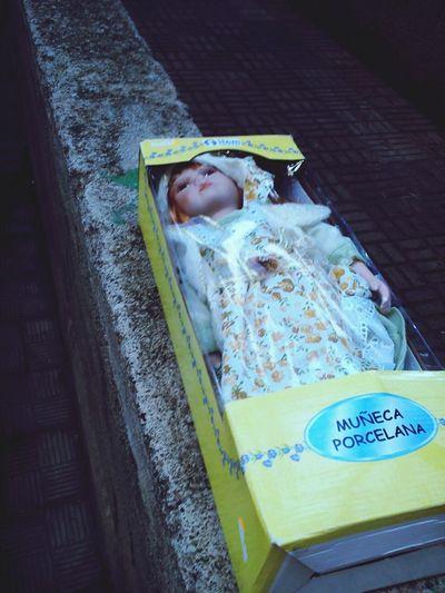 Una muñeca abandonada. Todo el mundo la rodeaba. Recuerda a un cadáver.