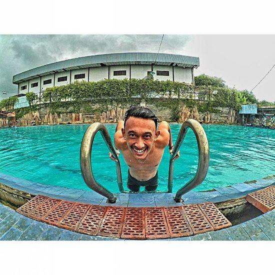 Berenanglah sekuatmu jika tidak kuat pasti kamu belum bisa berenang 🏊😂 Xiaomiyi Xiaomiyicamera Xiaomiyi_id Xiaomiyiindonesia Yicamera Yicam Yicam_id Swimming Hdr_pics Exploregresik