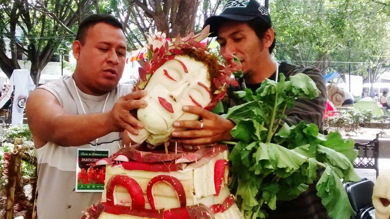 Make It Yourself Noche de rábanos, una Tradición celebrada cada 23 de Diciembre en la Ciudad de Oaxaca. Los Artesanos preparan sus figuras hechas con Rábanos Culture Arte Mexico