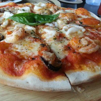 ลองมากิน พิซซ่า ที่ Wine Connection Bee Hive (เมืองทอง) อร่อยค่ะ แป้งบางกรอบหนักเครื่อง ราคาสองร้อยกว่าบาท กับหน้าซีฟู๊ดชิ้นโตๆ ถือว่าคุ้มค่าค่ะ ชอบ & ซื้อซ้า Customer_review Pizza Food