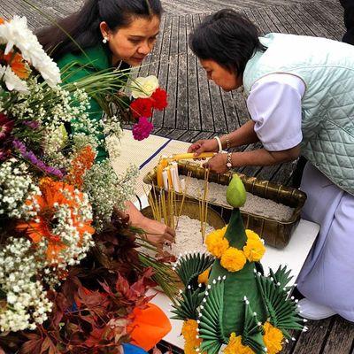 Blumen und Kerzenspende Vesakh Buddha Pray Munich München Westpark