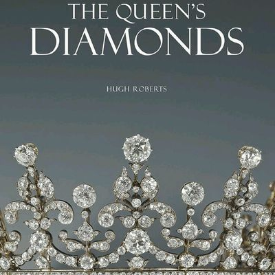 Bu hafta calismamiz icin gereken ilham yine kitaplardan gelsin! Mücevher tarihine merakli olanlara onerilerimden biri. Daha fazlasini LussoStyle blogumda bulabilirsiniz. The Queen 's Diamonds - written to accompany the exhibition at Buck House in 2012 to celebrate the Queen's Diamond Jubilee. It traces the history of Royal Diamond Jewellery from the 1830s. Readable and knowledgeable.😍Kitap Okumak Yazmak Instagram_turkey Turkiyeinstagram Turkishfollowers Reading Read Jewelrylovers Jewelrybook Jewels