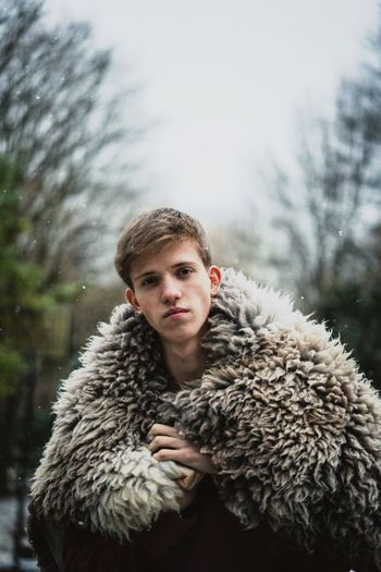 Frozen Schaf  Tierfell Fell Frozen Pels Winter Cold Temperature Portrait Warm Clothing Looking At Camera One Person Snow Front View Day Nature Tree Lifestyles Leisure Activity Young Men Clothing Real People Young Adult Fur Outdoors Fur Coat