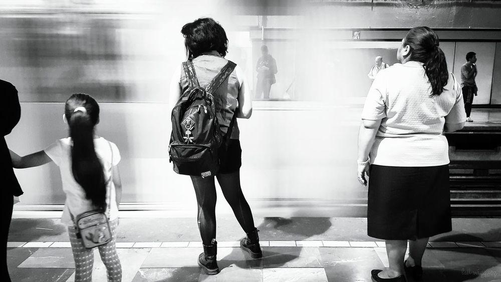 Viaje Women Long Goodbye Art Photography Eyeemphotography Visual Storytelling Streetphotography Eyeem Mexico  Real People Mexicocity  Mexico Welcome To Black Blackandwhite Bw_collection Monochrome EyeEm Bnw Streetphoto_bw