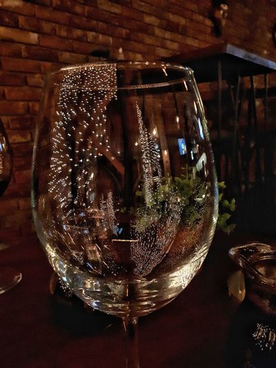 Clean Details Christmas Wine NewYear Rotwein Rotweinglas Weinachten Silvesternacht Feiern Romantic Caffè Sauber Spiegelung Coffee Shop Mitternacht Glass Wineglass Wine Indoors  Close-up No People Table Day Glass - Material Reflection Indoors  Illuminated Light Bulb Electricity  Night