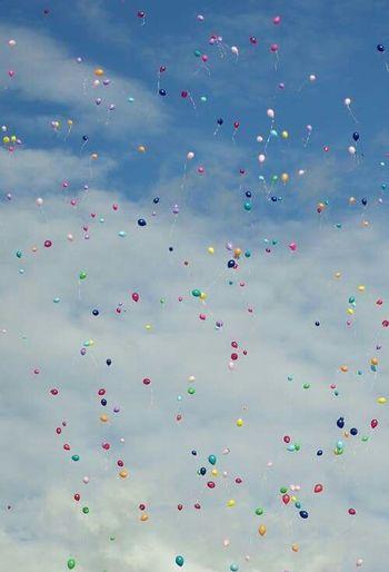 Kaçıp giden balonlara el sallayın nasıl olsa havaları sönünce yere inecekler.. - Bob Marley