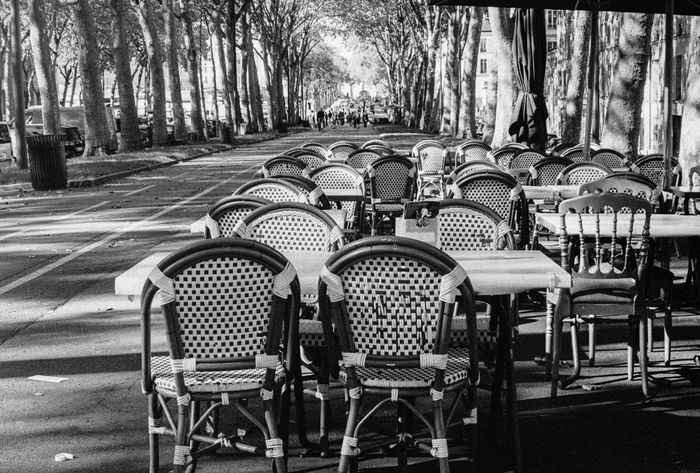 Versailles Garden Cafe Time Restaurant Restaurant Parisien Tranquility France Black And White Noir&blanc Noir Et Blanc Photographie Film Photography Zen Full Frame No People Urban Lifestyle Leica Lens Leica IIIg Leica Iii Photography Art Argentique Rangefinder Bar Bar Chairs Chaises Terasse De Café Ilford HP5 Plus