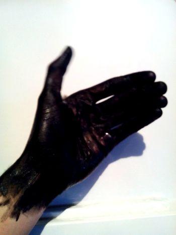 Cette main qu'elle qu'en soit la couleur, se tendra vers toi si, tu sais l'accepter comme elle est! Pour la paix! Je suis Charlie!..