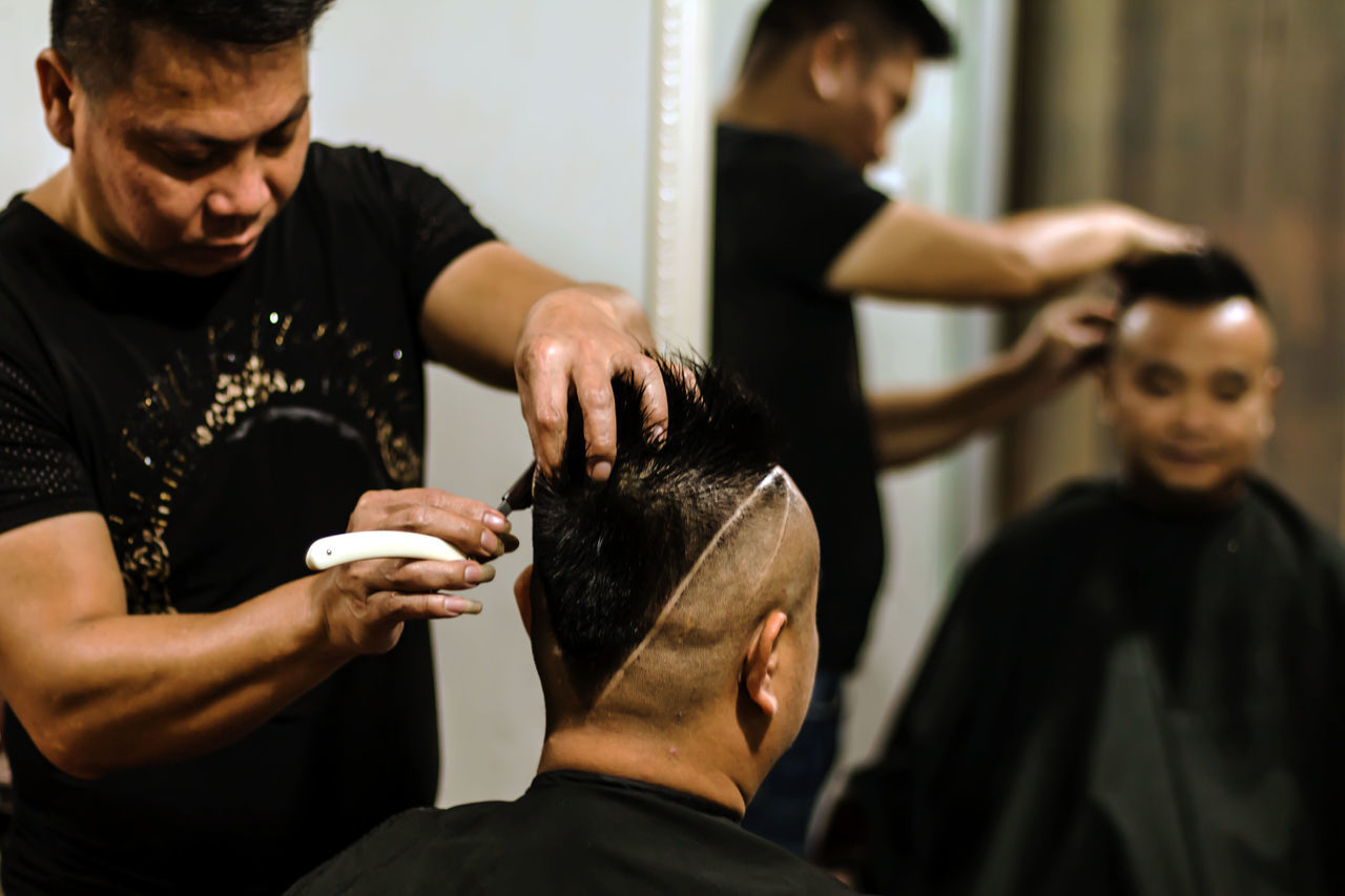 hairdresser, hair salon, men, customer, cutting, lifestyles, cutting hair, real people, human hair, indoors, young adult, body care, barber, occupation, young women, hair care, close-up, day, human hand