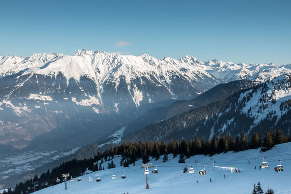Snow on the top of the mountains and nice view down the valley Berge Gebirge Schnee Skiing Skiing In Austria 👌 Wintersport Wintersportgebiet Wälder Berg Cold Temperature Forest Gebirge Mountain Mountain Range Mountains Ski Ski Fahren Skigebiet Snow Snowcapped Mountain Wald Winter Wintersportarea Wintersportregion Wintersports