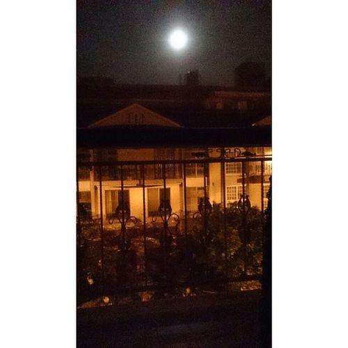 Moon ? 旁邊有人早早就睡死了 繼續跟綜藝節目和古裝劇奮鬥 Good night. Insomnia WatchRoommate AM4 :34