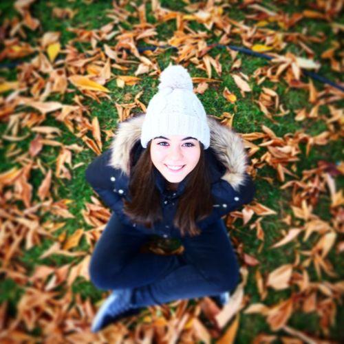 Bir de kızı olmalı insanın sararan yaprakların üzerinde böyle güzel poz veren🍁🍂🍁❤️