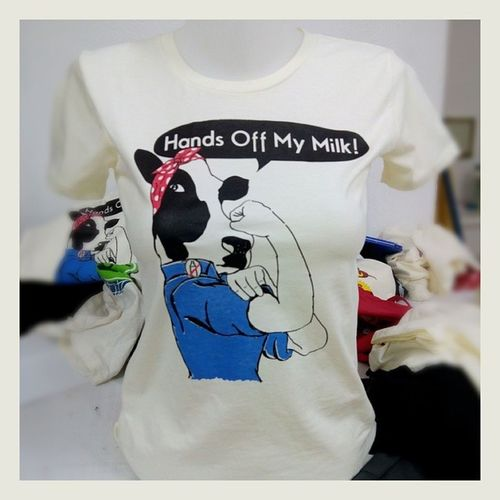 Finalmente! #vegan #cow #tshirt #feminist #mucca #femminista ##wecandoit #animalrights #dirittianimali Latte Milk Cow Vegan Tshirt Mucca Rosietheriveter Feminist Wecandoit Chiaralascura Vegantshirt Femminista Animalrights Dirittianimali