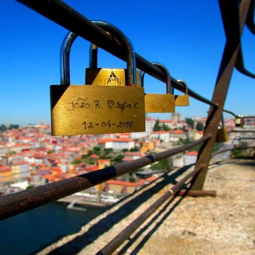 Un balcon pour deux. Porto Portugal 🇵🇹 City Portugal Love ♥ EyeEmNewHere Cadenas D'amour Balcony Villa Nova De Guaia Sun Church Portugal Colorful Steel Douro River Portugal River Summer Connected By Travel